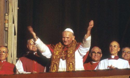 16-10-1978 PAPA GIOVANNI PAOLO II SALUTA DALLA FINESTRA SUBITO DOPO LA SUA ELEZIONE PONTIFICIA