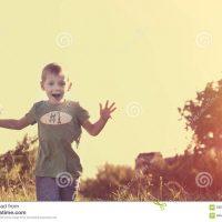 bambino-sorridente-felice-che-corre-alla-sua-mamma-59058794