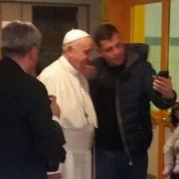 Valerio si fa un selfie col Papa