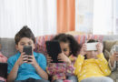 Da nativi digitali a protesi digitali è stato un attimo: buttiamo i nostri figli giù dalla consolle